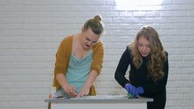 妇女装饰员,绘木圈子装饰的设计师 股票视频
