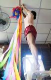 妇女装饰庆祝的一间屋子 免版税库存照片