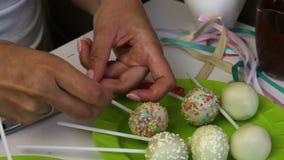 妇女装饰辫子说谎在板材的蛋糕流行音乐弓  用选矿装饰的糖果 影视素材
