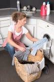 妇女装货洗衣机 库存照片