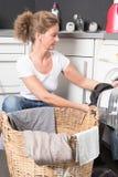 妇女装货洗衣机 图库摄影