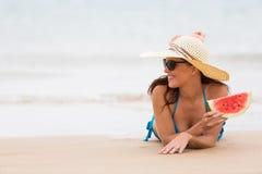 妇女西瓜海滨 免版税库存照片