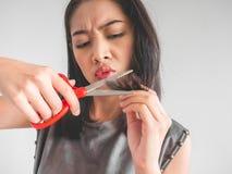 妇女要剪她的头发 图库摄影