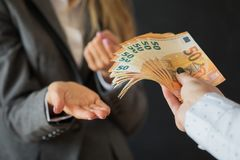 妇女要求的贿款金钱 库存图片
