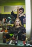 妇女要真正地做她的头发 免版税图库摄影