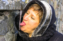 妇女要舔冰柱 图库摄影
