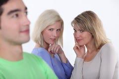 妇女观察一个人 库存照片