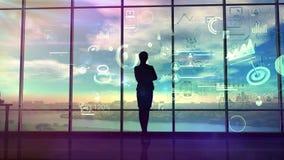 妇女观看商业运作图和数据