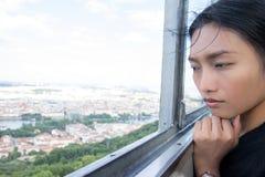 妇女观看布拉格都市风景  免版税库存图片
