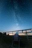妇女观看星和银河 免版税库存照片
