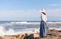妇女观看的波浪 库存图片