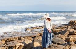妇女观看的波浪 免版税库存图片