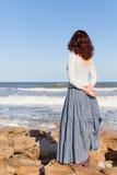 妇女观看的波浪 免版税库存照片