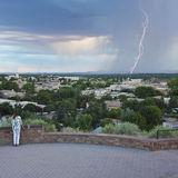 妇女观看从堡垒玛西公园的一场闪电风暴 库存图片