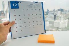 妇女计划会议和假期在嘲笑12月日历 免版税库存图片