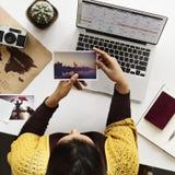妇女计划日程表旅行假期概念 免版税库存照片