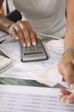 妇女计算的预算 库存照片