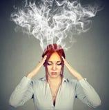 妇女认为非常强烈地有头疼 免版税库存图片