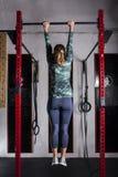 妇女训练引体向上 库存照片