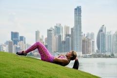 妇女训练吸收和解决在城市公园 免版税库存图片