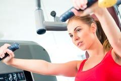 妇女训练在健身房或体育中心 免版税图库摄影