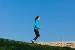妇女训练在公园 免版税图库摄影