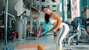 妇女训练有模拟器的在弯的腿的手和身分在健身房 影视素材