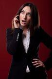 妇女讲话在电话 免版税库存图片