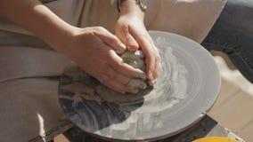 妇女设法学会技巧瓦器创造黏土文章 影视素材