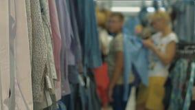 妇女试穿在购物中心的一件衬衣 股票录像