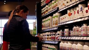 妇女询问工作者关于健康食品问题 股票视频