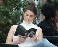 妇女读书在布耐恩特公园 库存照片