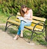 妇女读了一本杂志 免版税库存照片