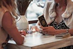 妇女读占卜用的纸牌 库存照片