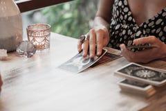 妇女读占卜用的纸牌 免版税图库摄影