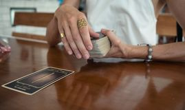 妇女读占卜用的纸牌 免版税库存图片