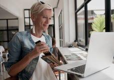 妇女读占卜用的纸牌 免版税库存照片