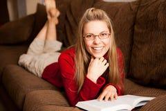 妇女读取 免版税库存照片