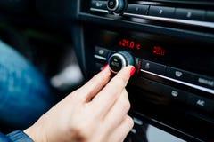 妇女调控的汽车空气情况 免版税库存照片