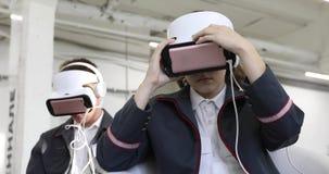 妇女调整VR耳机人推迟耳机 股票录像