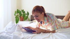 妇女调查在床上的片剂 股票视频