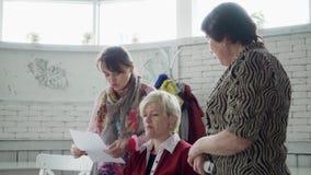 妇女谈论假日情景 在午餐期间的女性队在咖啡馆 影视素材