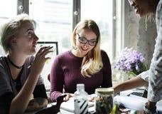 妇女谈论在业务会议 免版税库存图片