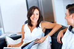 妇女谈话与在家坐她的丈夫 免版税库存照片