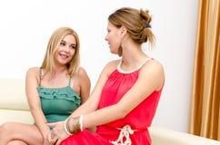 妇女谈话与她的朋友 免版税库存照片