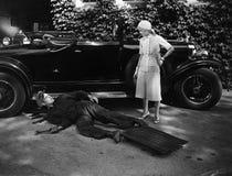 妇女谈话与工作在汽车的人(所有人被描述不更长生存,并且庄园不存在 供应商保单Th 库存照片
