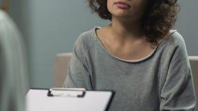 妇女谈话与心理学家摆脱萦绕混乱和神经官能症 股票视频