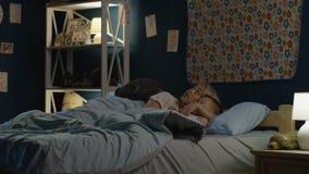 妇女谈话与男孩在睡着前 股票视频