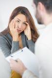妇女谈话与精神病医生 库存图片