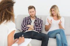 妇女谈话与治疗师在夫妇疗法 库存照片